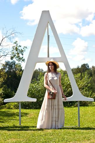 Как и с чем носить: бежевое платье-макси с цветочным принтом, коричневая кожаная сумка через плечо, светло-коричневая соломенная шляпа