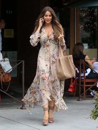Как и с чем носить: бежевое платье-миди с цветочным принтом, бежевые кожаные босоножки на каблуке, светло-коричневая кожаная большая сумка, золотые часы