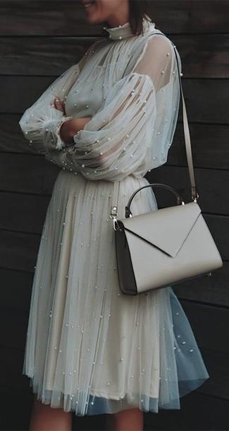 Как и с чем носить: бежевое платье-миди из фатина, бежевая кожаная сумка через плечо