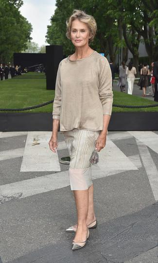 Как и с чем носить: бежевое платье-миди с принтом, бежевая футболка с длинным рукавом, серебряные кожаные балетки