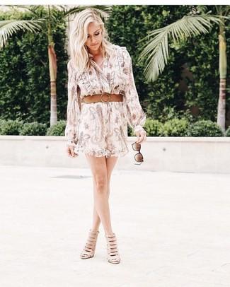 Как и с чем носить: бежевое платье-рубашка с принтом, бежевые кожаные ботильоны с вырезом, светло-коричневый кожаный ремень, темно-коричневые солнцезащитные очки