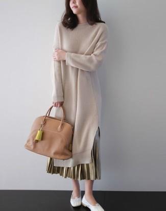 Как и с чем носить: бежевое платье-свитер, золотая длинная юбка со складками, белые кожаные балетки, светло-коричневая кожаная большая сумка