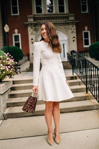 Как и с чем носить: бежевое платье с пышной юбкой, светло-коричневые замшевые туфли, коричневая замшевая сумка-мешок с леопардовым принтом