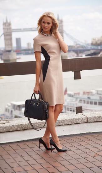 Как и с чем носить: бежевое платье-футляр, черные кожаные туфли, черная кожаная большая сумка, прозрачное колье