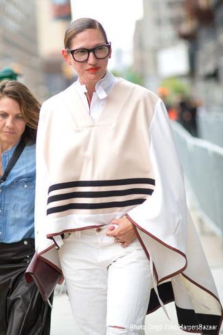 бежевое пончо белая классическая рубашка белые джинсы темно красный клатч large 13521