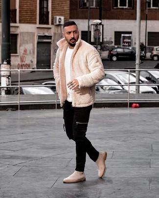 Как и с чем носить: бежевый флисовый бомбер, белый свитер с круглым вырезом, черные зауженные джинсы, бежевые замшевые ботинки челси