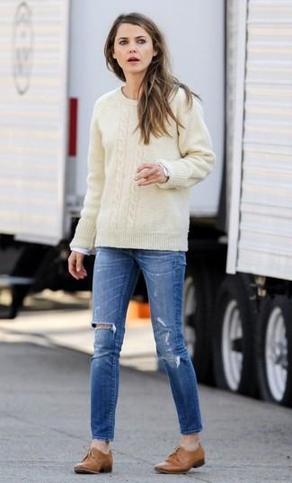Как и с чем носить: бежевый вязаный свитер, белая футболка с длинным рукавом, синие рваные джинсы скинни, светло-коричневые кожаные оксфорды