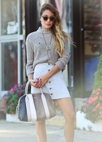 Как и с чем носить: бежевый вязаный свитер, белая юбка на пуговицах, черно-белая кожаная большая сумка, золотая подвеска