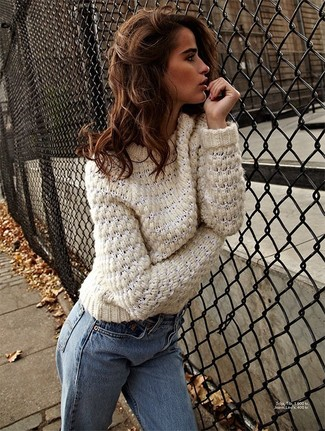 Как и с чем носить: бежевый вязаный свитер, голубые джинсы