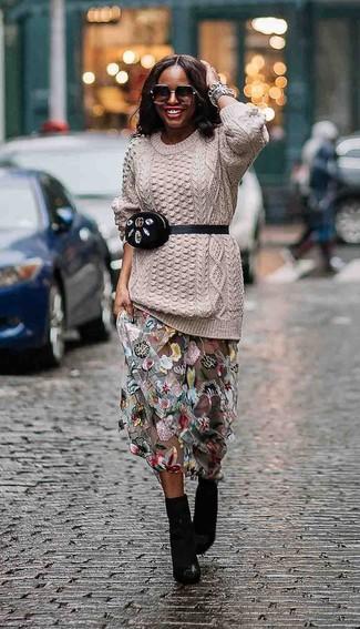 Как и с чем носить: бежевый вязаный свитер, серая длинная юбка из фатина с цветочным принтом, черные кожаные ботильоны, черная замшевая поясная сумка