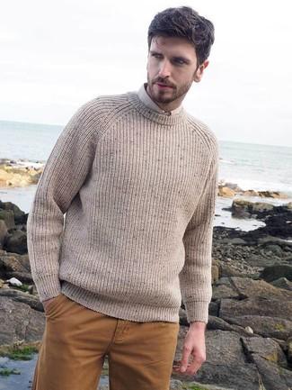 Как и с чем носить: бежевый вязаный свитер с круглым вырезом, бежевая классическая рубашка, горчичные брюки чинос