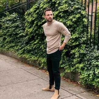 Как и с чем носить: бежевый вязаный свитер с круглым вырезом, черные зауженные джинсы, светло-коричневые замшевые ботинки челси