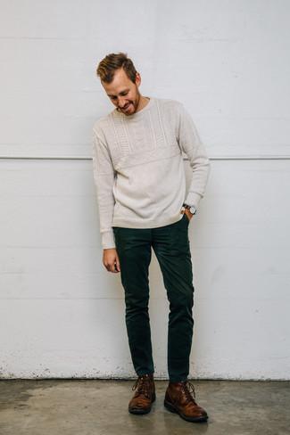 Как и с чем носить: бежевый вязаный свитер, темно-зеленые вельветовые джинсы, коричневые кожаные повседневные ботинки