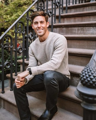 Как и с чем носить: бежевый вязаный свитер, черные джинсы, черные кожаные ботинки челси, черные кожаные часы
