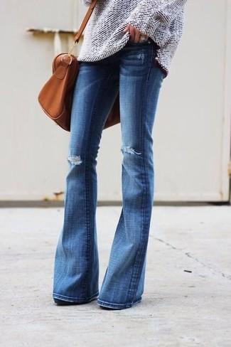 Как и с чем носить: бежевый вязаный свободный свитер, синие рваные джинсы-клеш, табачная кожаная спортивная сумка