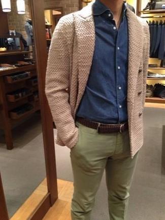 Как и с чем носить: бежевый двубортный кардиган, темно-синяя джинсовая рубашка, оливковые брюки чинос, темно-коричневый кожаный плетеный ремень