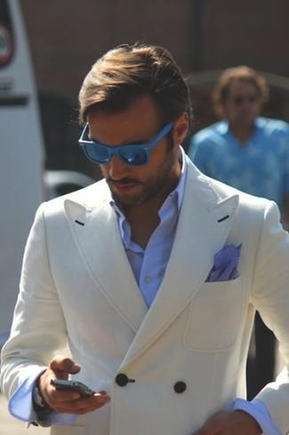 Как и с чем носить: бежевый двубортный пиджак, голубая классическая рубашка, темно-синий хлопковый нагрудный платок