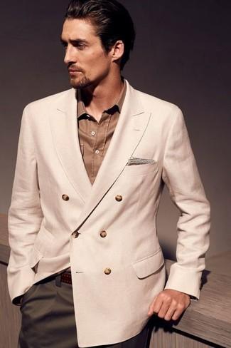Как и с чем носить: бежевый двубортный пиджак, коричневая рубашка с длинным рукавом, оливковые классические брюки, темно-коричневый кожаный ремень