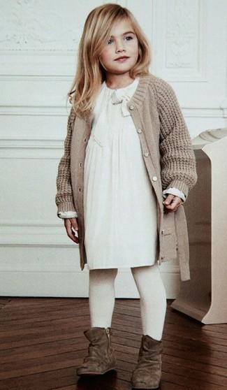 Как и с чем носить: бежевый вязаный кардиган, белое платье, коричневые замшевые ботинки, белые колготки