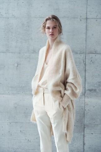 Мода для подростков девушек: Бежевый кардиган из мохера в паре с бежевыми брюками-галифе — интересный образ для офиса.