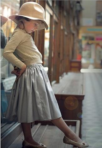 Как и с чем носить: бежевый кардиган, серая юбка, бежевые балетки, бежевая шляпа