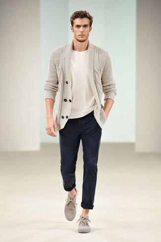 Модные мужские луки 2020 фото: Если ты из той когорты мужчин, которые одеваются стильно, тебе придется по душе тандем бежевого кардигана с отложным воротником и темно-синих брюк чинос. Очень недурно здесь будут смотреться бежевые замшевые ботинки дезерты.