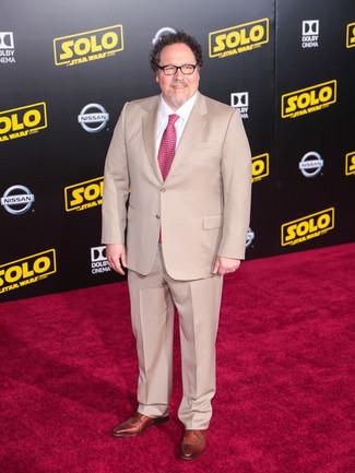 Как и с чем носить: бежевый костюм, белая классическая рубашка, коричневые кожаные туфли дерби, ярко-розовый галстук с принтом