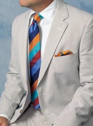 Как и с чем носить: бежевый костюм из жатого хлопка, белая классическая рубашка, разноцветный галстук в горизонтальную полоску, разноцветный нагрудный платок с принтом