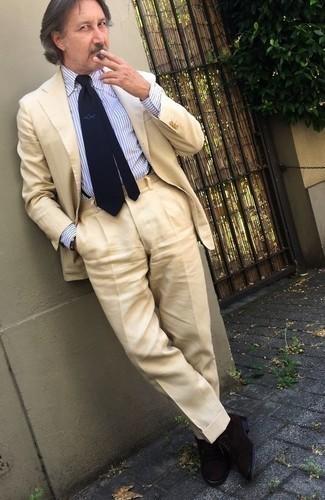 Бежевый костюм: с чем носить и как сочетать: Несмотря на то, что это довольно сдержанный образ, образ из бежевого костюма и бело-синей классической рубашки в вертикальную полоску является постоянным выбором стильных молодых людей, пленяя при этом сердца дам. Великолепно сюда подойдут черные замшевые оксфорды.