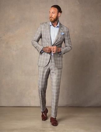 Голубой нагрудный платок: с чем носить и как сочетать: Бежевый костюм в шотландскую клетку и голубой нагрудный платок — идеальный образ, если ты хочешь составить раскованный, но в то же время модный мужской образ. Любители экспериментов могут завершить образ коричневыми кожаными монками с двумя ремешками, тем самым добавив в него чуточку строгости.
