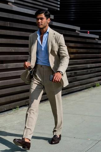 Как и с чем носить: бежевый льняной костюм, голубая рубашка с длинным рукавом, темно-коричневые кожаные лоферы с кисточками, темно-коричневые кожаные часы