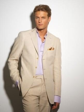 Как и с чем носить: бежевый костюм, розовая классическая рубашка, желтый нагрудный платок с принтом