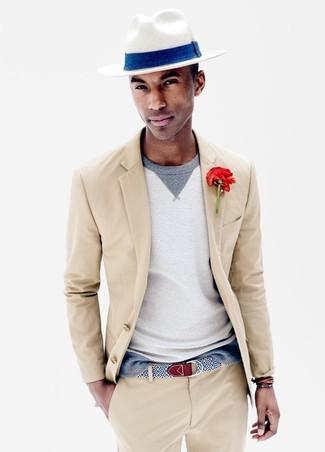 Как и с чем носить: бежевый костюм, серый свитер с круглым вырезом, белая соломенная шляпа