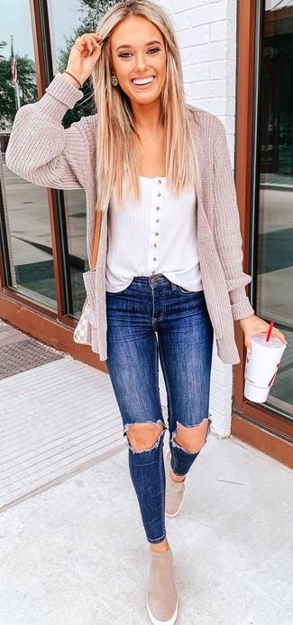 Как и с чем носить: бежевый вязаный открытый кардиган, белая майка, синие рваные джинсы скинни, бежевые замшевые слипоны