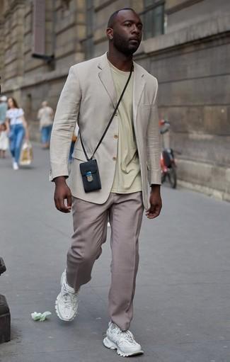 Светло-коричневые классические брюки: с чем носить и как сочетать мужчине: Бежевый пиджак и светло-коричневые классические брюки — неотъемлемые вещи в деловом мужском гардеробе. Чтобы привнести в лук чуточку расслабленности , на ноги можно надеть белые кроссовки.