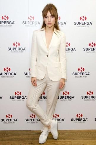 бежевый пиджак бежевые классические брюки белые низкие кроссовки large 5116