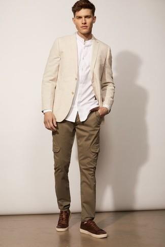 С чем носить бежевый пиджак мужчине: Привлекательное сочетание бежевого пиджака и коричневых брюк карго позволит выразить твой личный стиль и выгодно выделиться из толпы. Дополнив образ темно-коричневыми кожаными низкими кедами, можно привнести в него свежую нотку.