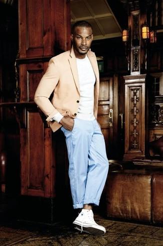 Как и с чем носить: бежевый пиджак, белая футболка с длинным рукавом, голубые классические брюки, белые высокие кеды из плотной ткани