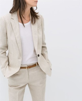 Как и с чем носить: бежевый льняной пиджак, белая футболка с круглым вырезом, бежевые льняные классические брюки, светло-коричневый кожаный ремень