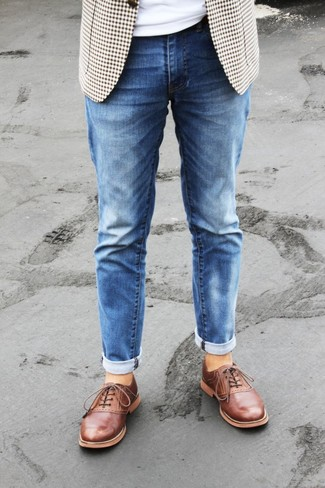 Бежевый пиджак в мелкую клетку: с чем носить и как сочетать мужчине: Несмотря на свою легкость, дуэт бежевого пиджака в мелкую клетку и синих джинсов неизменно нравится стильным молодым людям, неизбежно покоряя при этом сердца противоположного пола. Такой ансамбль обретет свежее прочтение в тандеме с табачными кожаными оксфордами.