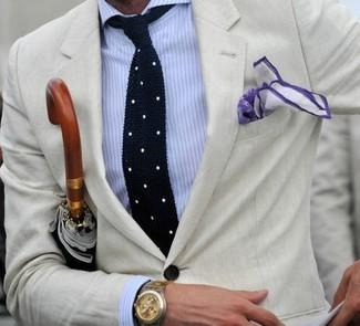 Бежевый пиджак и бело-синяя классическая рубашка в вертикальную полоску — хороший вариант для выхода в свет.