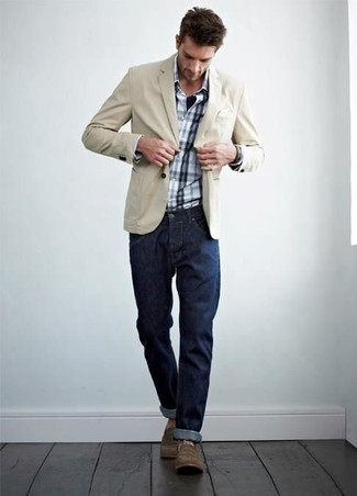 Как и с чем носить: бежевый хлопковый пиджак, бело-темно-синяя рубашка с длинным рукавом в шотландскую клетку, темно-синие джинсы, коричневые повседневные ботинки