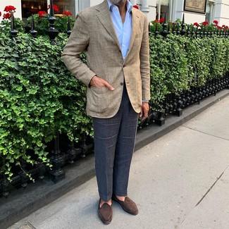 Модные мужские луки 2020 фото: Для создания строгого мужского вечернего лука отлично подойдет бежевый пиджак в шотландскую клетку и темно-синие классические брюки. Вкупе с этим образом органично выглядят темно-коричневые замшевые лоферы.