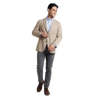 Как и с чем носить: бежевый пиджак, голубая рубашка с длинным рукавом, темно-серые брюки чинос, темно-коричневые кожаные ботинки дезерты