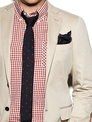 Как и с чем носить: бежевый хлопковый пиджак, красно-белая рубашка с длинным рукавом в мелкую клетку, черный шелковый галстук в горошек, черно-белый шелковый нагрудный платок в горошек