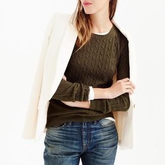 Как и с чем носить: бежевый шерстяной пиджак, оливковый свитер с круглым вырезом, белая футболка с длинным рукавом, темно-синие джинсы-бойфренды