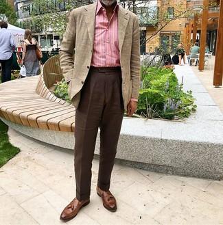 Темно-коричневые классические брюки: с чем носить и как сочетать мужчине: Несмотря на то, что этот ансамбль выглядит весьма выдержанно, тандем бежевого пиджака в шотландскую клетку и темно-коричневых классических брюк неизменно нравится джентльменам, неизменно покоряя при этом сердца барышень. Весьма подходяще здесь будут смотреться коричневые кожаные лоферы с кисточками.