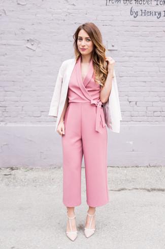 Как и с чем носить: бежевый пиджак, розовый комбинезон, бежевые кожаные туфли
