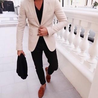 Модный лук: бежевый пиджак, черная футболка с v-образным вырезом, черные брюки чинос, табачные замшевые лоферы с кисточками