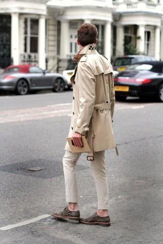 Модный лук: бежевый плащ, бежевые брюки чинос, темно-коричневые замшевые монки с двумя ремешками